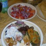 Antipasto e la mitica insalata di pomodori e cipolla calabrese con ricotta salata grattugiata