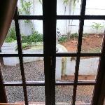 Hinterer Zimmerausgang - ungepflegt und wie tot, außerdem Scheibe kaputt