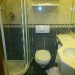 bagno pulito ma piccolo, manutenzione scarsa (cornetta doccia mal funzionante)
