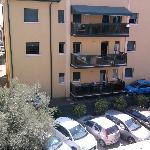 vista del parcheggio dal balconcino della camera,sullo sfondo c'è il mare, anche se non si vede