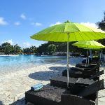 Transats et parasols à la piscine