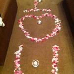 Überraschungsdeko mit Rosenblättern und Kerzen