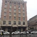 Vue extérieure de l'hôtel un jour de pluie