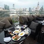 涼しい日には見晴らしの良いテラスで朝食