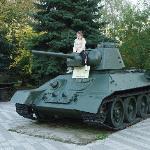 Дочка на танке -парк военной техники