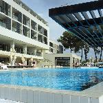 Blick vom Süßwasserpool auf das Hotel (Teilansicht)