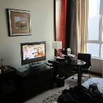 tv e postazione computer nella camera