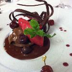 Fondant au chocolat, griottes au kirsch, sorbet cacao