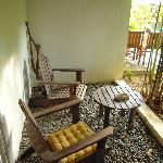 kleiner Sitzbereich vor dem Bungalow