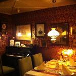 Nolstaldisk stue hvor man kan spise (krostuen)