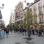 Vista dell'Oriente Hostal e corso che porta a Puerta del Sol