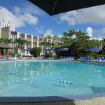 zwembad met het hotel op de achtergrond