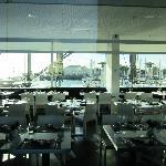 Frühstücks-/Restaurantbereich mit Blick auf den Yachthafen