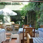 Salón desayunador y patio con jardín