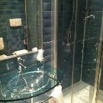 bagno con lavandino in vetro