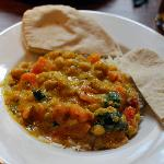 Sweet potato & chickper curry on a bed of rice e pitta bread