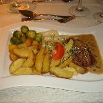 Filet Mignon mit Gemüse und Pommes - Hauptgang