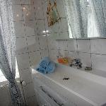 Bad mit Dusche und WC für jedes Zimmer