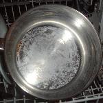 Vaisselle sale dans le lave vaisselle à notre arrivée