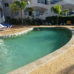 Het vrij kleine zwembad