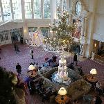Hall de l'hôtel bien décoré pour Noël