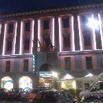 Fachada iluminada del Hotel de noche
