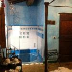 una parte della stanza con la vasca a terra