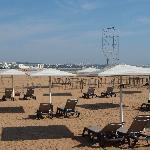 Servicio de hamacas en la playa del mismo restaurante