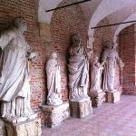 Le bellissime statue che adornano il cortile