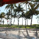 Vista del acceso a la playa mientras se desayuna