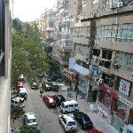 La calle a donde dan las ventanas de las habitaciones