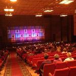 Theatersaal mit Orchester und Bühne