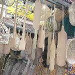 Utensili artigianali in vendita in una bottega del mercato.
