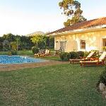 Blick über den Pool auf Garten und Helderberg