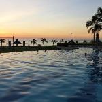 piscine avec vue du soleil couchant