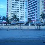 Vista del hotel desde las palapas (se notan algunas toallas de algún huésped falto de cultura)