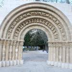 Portada románica en el Parque de la Isla