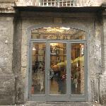 ingresso del ristorante, in piazza Dante