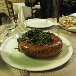 salsiccie e friarielli e, sullo sfondo, frittura di paranza