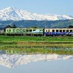 5月 鳥海山が最も美しいと言われる季節。田の水鏡と花が美しい季節です。