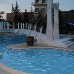 бассейн рядом с рестораном