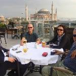 En la terraza tomando una copa con mis amigos