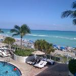 Vista de la playa y piscina