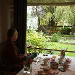 Do café da manhã avista-se este lindo jardim com flamingos.