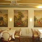 Sala do café decorada com detalhes clássicos.
