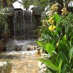 Künstlicher Bach mir Wasserfall