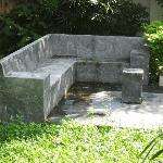 Wird als gemütliche Sitzgelegenheit im gepflegten Garten beworben