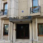 La facciata dell'albergo