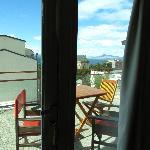 Acá se ven las mesitas con sus sillas para disfrutar la terraza.