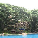 Innenbereich/Blick vom Pool zum Hotel